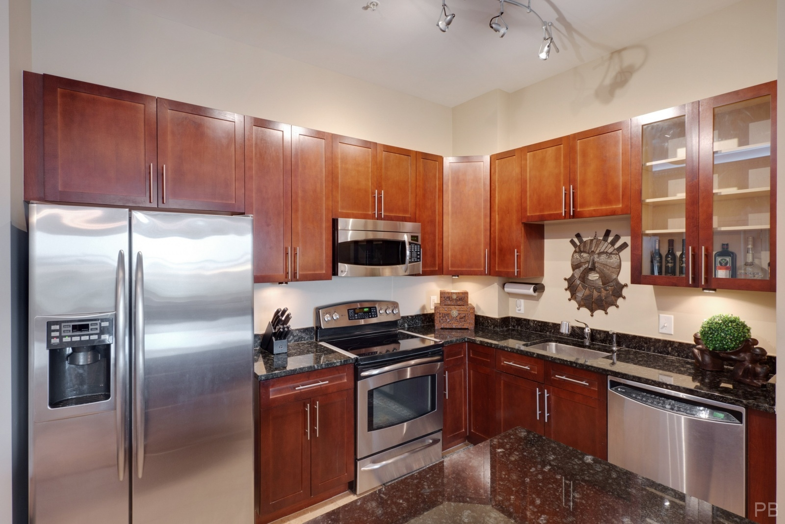 Kitchen with upgraded cabinets and stainless steel appliances